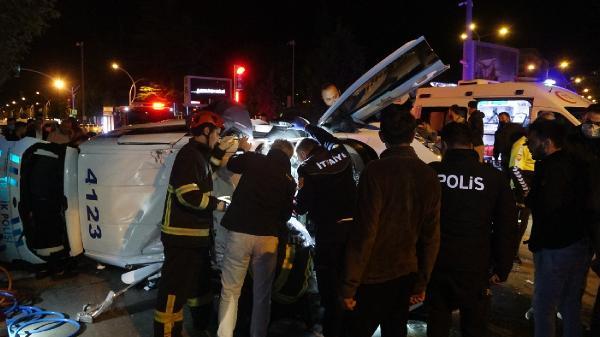 'Dur' ihtarına uymayan otomobil sürücüsünü kovalayan polis ekibi kaza yaptı: 2 yaralı